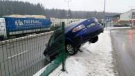 """Dėl slidžios kelio dangos Medininkų punkte maršrutinis autobusas trenkėsi į lengvąjį automobilį. Šis nuo smūgio atsitrenkė į apsauginę tvorą ir ją išvertė. Šeštadienį ryte į Medininkų punktą įvažiavusio automobilio """"Mazda..."""