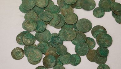 ąsotis su senovinėmis monetomis